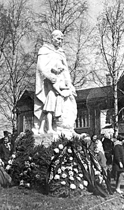 У братской могилы, 1976 год