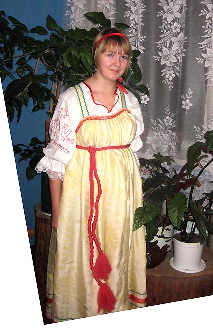 Ефремова Валерия в праздничном старинном наряде девушки, который сшила сама.