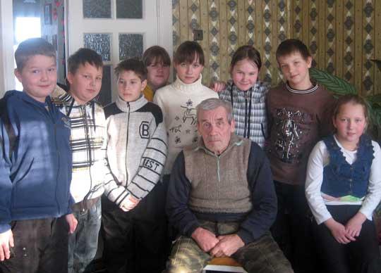 Фотеев Иван Васильевич в центре ребят из 5 класса Ведлозерской школы