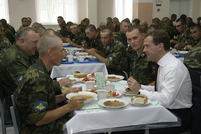 Медведев. Армия. Обед (http://президент.рф)