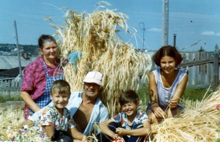 Мира Васильевна с мужем и внуками