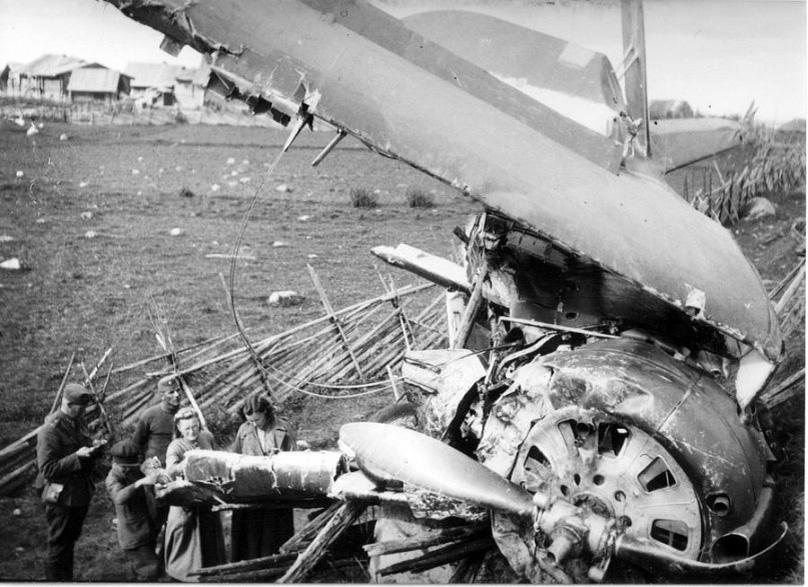 Финские оккупанты осматривают место падения  советского самолета