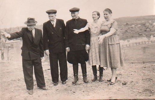 1950 год. Игнатьев Василий Иванович с женой Акулиной на месте строительства своего дома. На заднем плане сельский стадион
